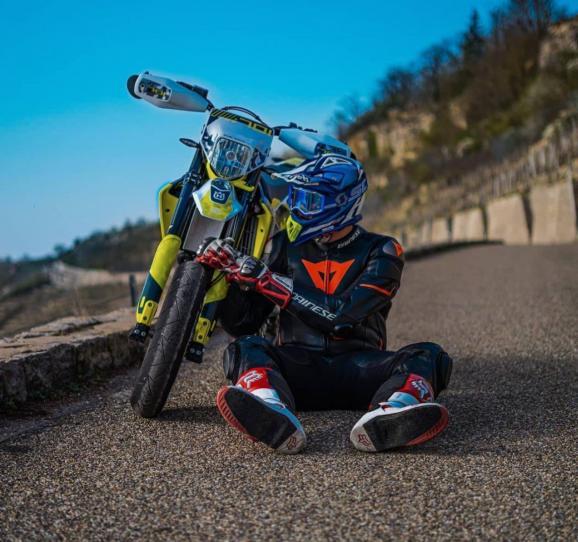Motorcyklist på vägen
