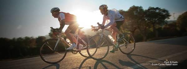 Två cyklister från Evans Cycles egna stall