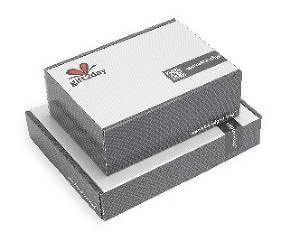 Din gåva levereras i stilrena paketboxar i två storlekar