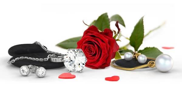 Smycken i alla former och färger finns hos 21diamonds.se.
