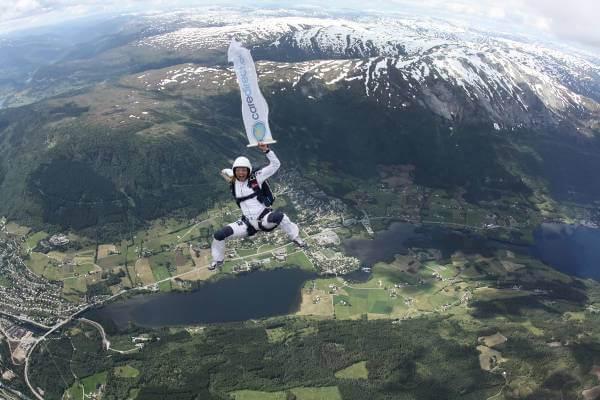 CareDirect passar på att kapsejsa det hälsosamma livet och hoppar fallskärm i norska naturen.