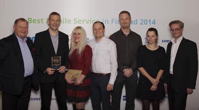 Det finska worddive-teamet tar emot pris.