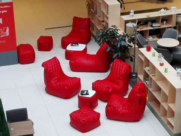 Saccosäckar och stolar skapar en bra stämning på jobbet.