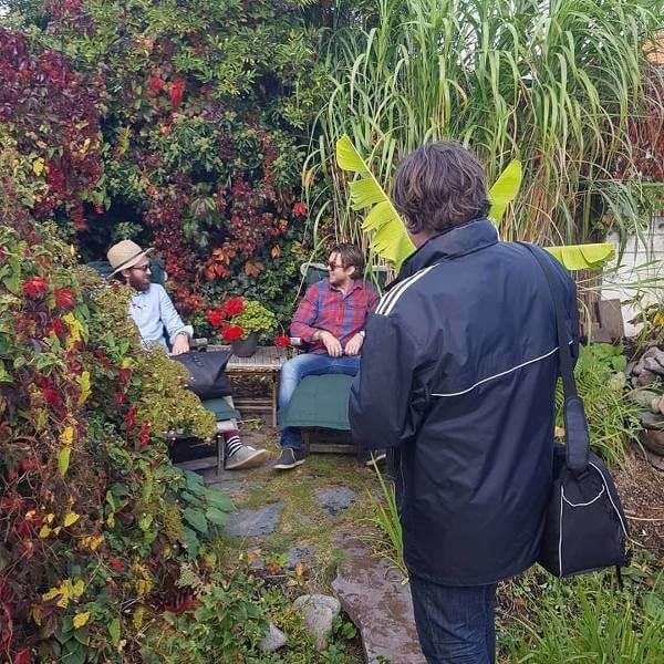 Bröderna Pontus och Pierre i en färgglad trädgård.