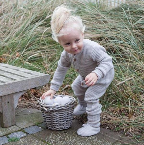 Barn som plockar bollar